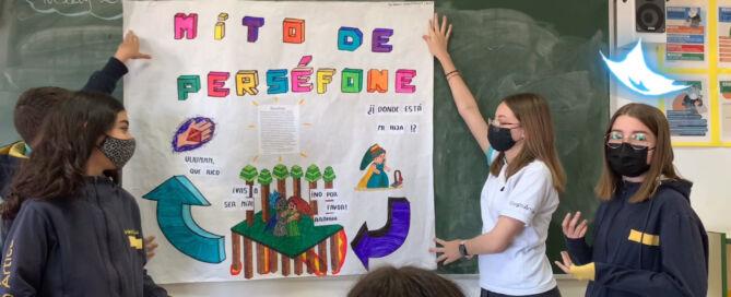 Alumnas de 1º de ESO exponiendo ante la pizarra su trabajo de EPVA sobre Perséfone